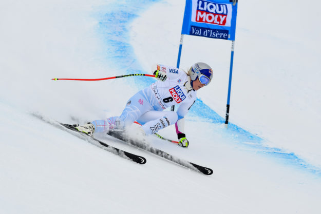 Vonn pulls out of women's super-G race to rest sore knee